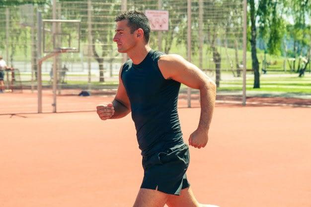 Calentamiento físico general: lleva un orden, de menos a más intensidad - hombre corriendo a baja intensidad
