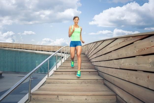 Cómo evitar las agujetas. Mujer corriendo escaleras abajo